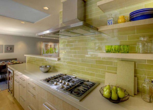 кухня с фартуком оливкового цвета