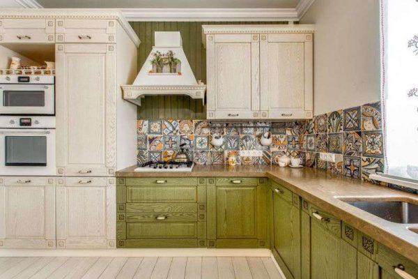 сочетание оливкового и сливочного цвета на кухне