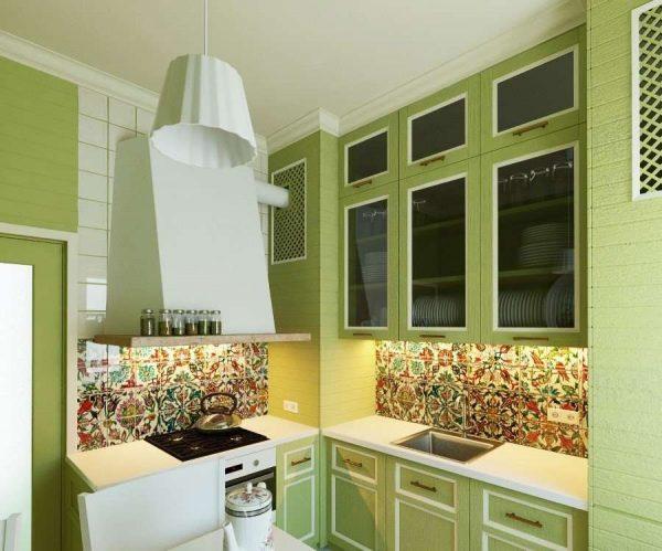 кухня оливкового цвета со стильным фартуком из кафеля