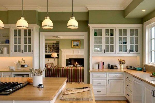 белая кухня со стенами оливкового цвета