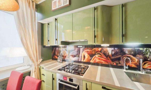 кухня оливкового цвета с глянцевыми фасадами