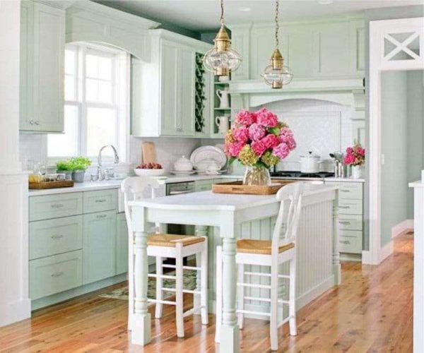 кухня оливкового цвета с белым обеденным столом
