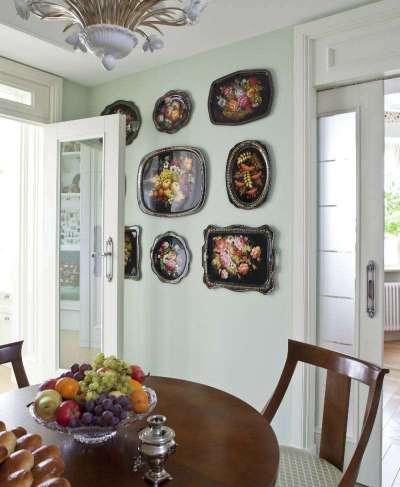 стены оливкового цвета с деревянным столом на кухне оливкового цвета