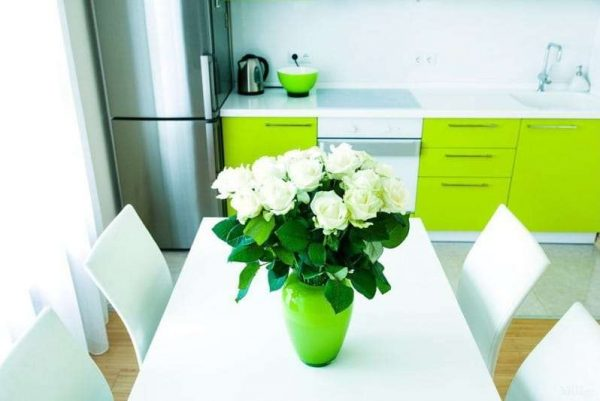 ярко салатовая кухня с белым столом