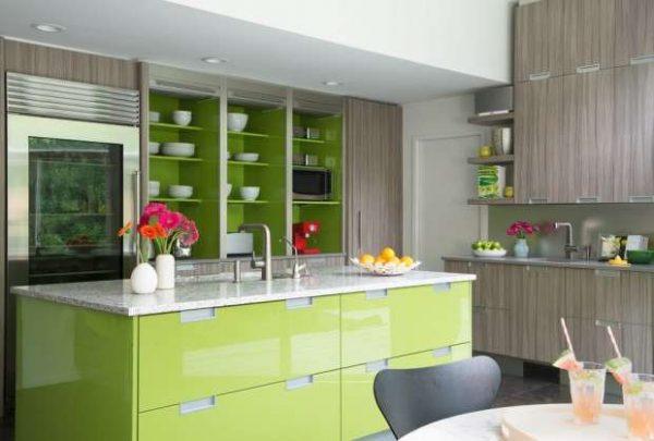 салатовые полки и островной стол на кухне