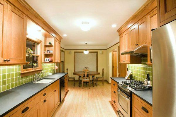 салатовые фартук на деревянной кухне