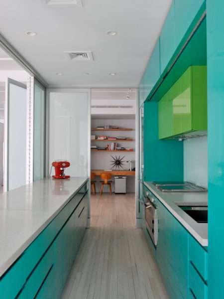 салатовый шкаф на бирюзовой кухне