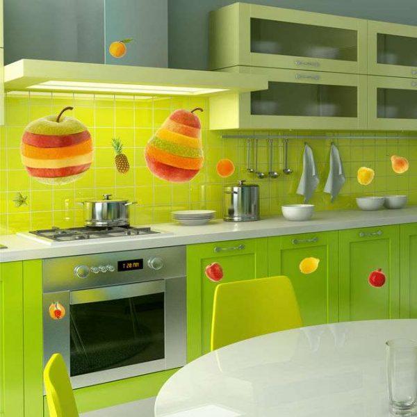 яркий салатовый фартук на кухне с фруктами