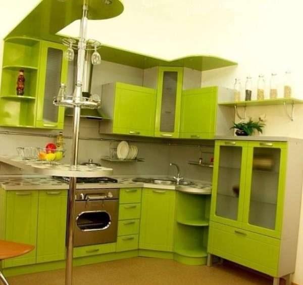 салатовый гарнитур с барной стойкой на кухне