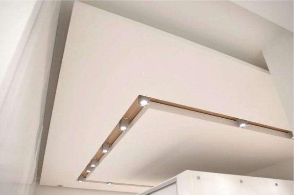 многоярусный потолок на кухне минимализм