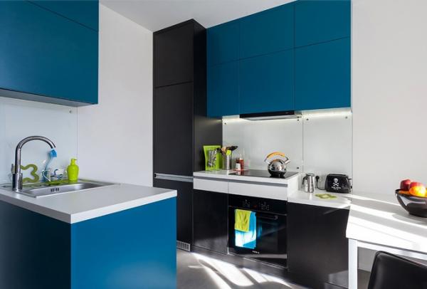 синий гарнитур на кухне в стиле минимализм