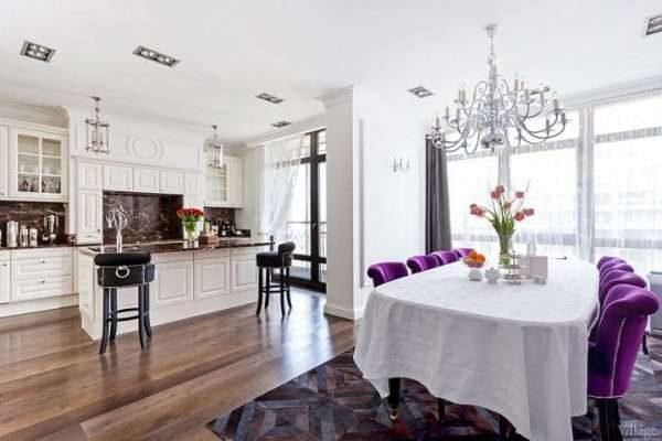 белые стены на кухне в стиле неоклассика