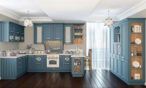 голубой кухонный гарнитур на кухне в стиле неоклассика