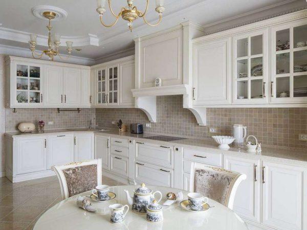 белый угловой гарнитур на кухне в стиле неоклассика