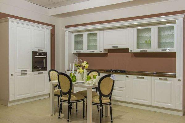 белая кухня в стиле неоклассика с кофейным фартуком