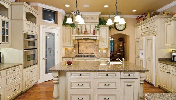 светло-бежевый гарнитур на кухне в стиле неоклассика