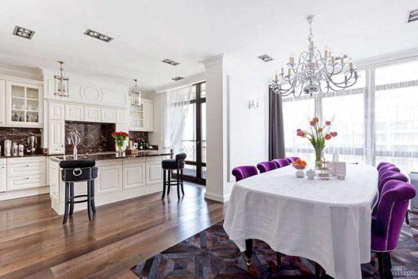 фиолетовые стулья на кухне в стиле неоклассика