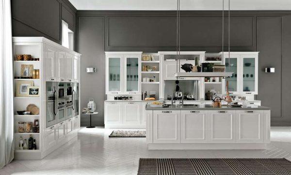 серые стены и белый кухонный гарнитур в стиле неоклассика