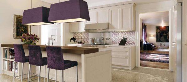 фиолетовые светильники и стулья на кухне в стиле неоклассика