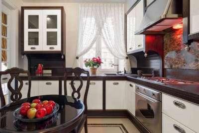 кухня в стиле неоклассика с круглым столом