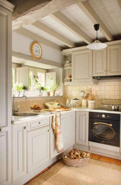 потолок с деревянными балками на кухне в стиле кантри