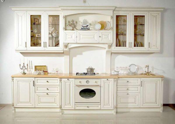 белый кухонный гарнитур на кухне в стиле прованс