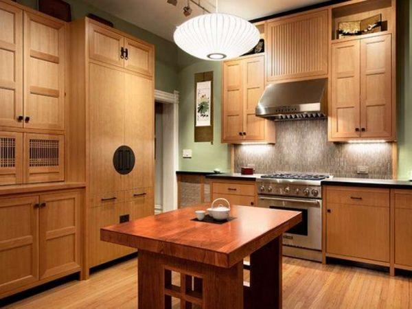 кухонный гарнитур в японском стиле с деревянными фасадами