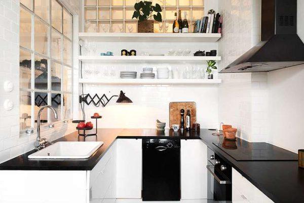 белая кухня с открытыми полками на малогабаритной кухне