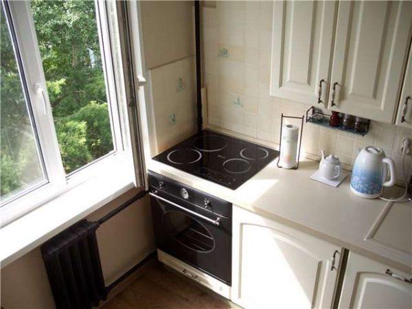 плита у окна на маленькой кухне