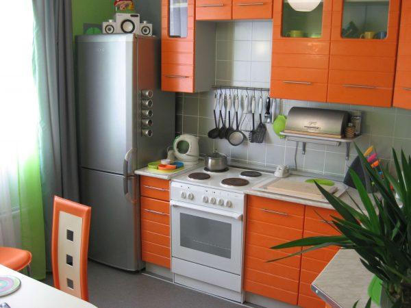 оранжевый гарнитур на малогабаритной кухне