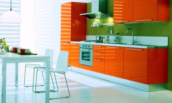 зелёные обои на фоне оранжевого гарнитура