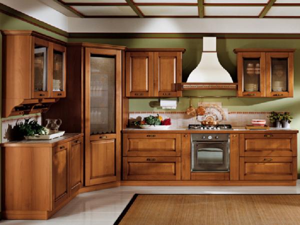деревянная кухня и зелёные обои