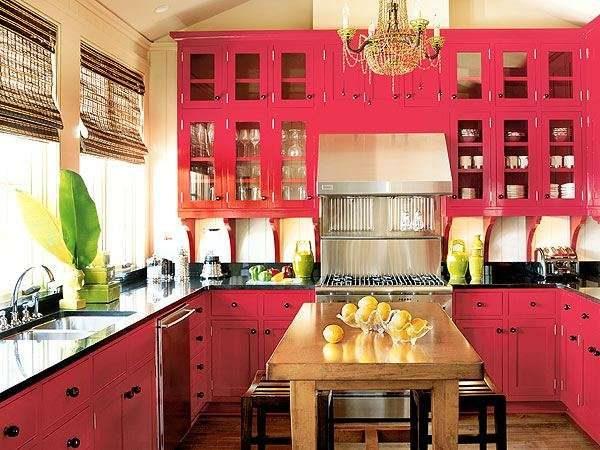деревянная красная кухня с бежевыми обоями