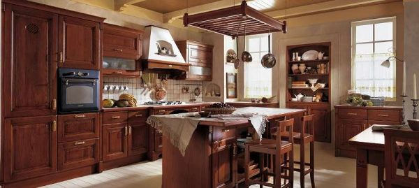 классическая кухня с бежевыми обоями