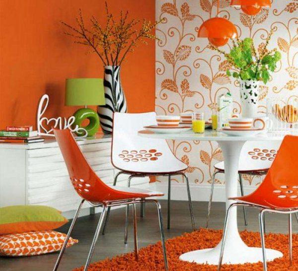 оранжевые обои в кухне с орнаментом