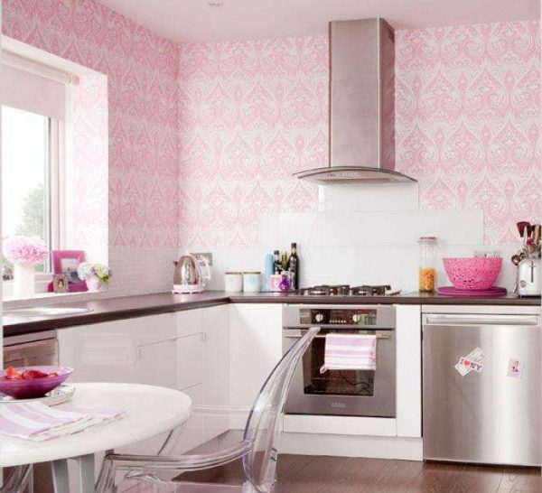 розовые обои в кухне с орнаментом