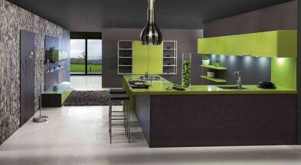 тёмные обои на кухне с зелёным гарнитуром