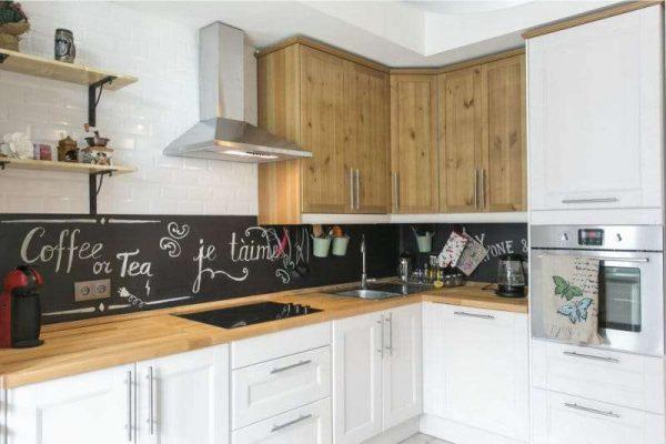 керамическая белая плитка на стенах кухни