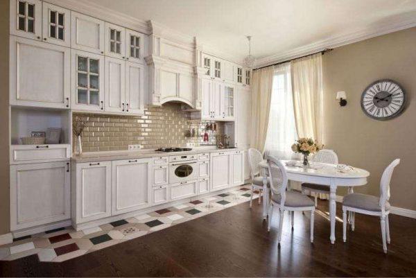белый кухонный гарнитур на кухне