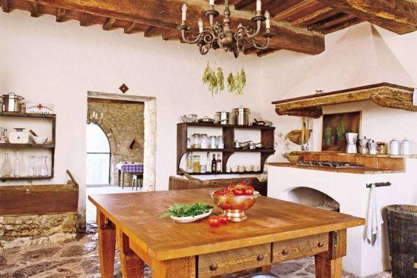 деревянные балки в интерьере дома с печкой