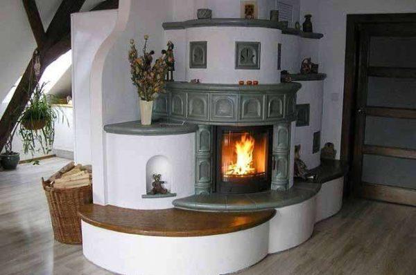полукруглая печка на кухне частного дома