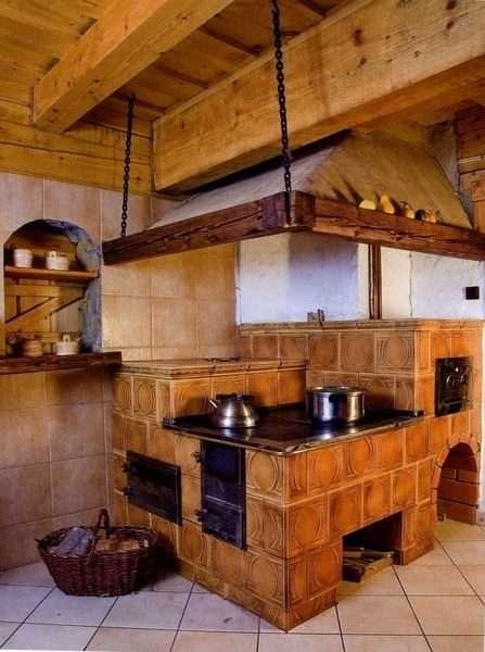 деревянные балки в частном доме с печкой
