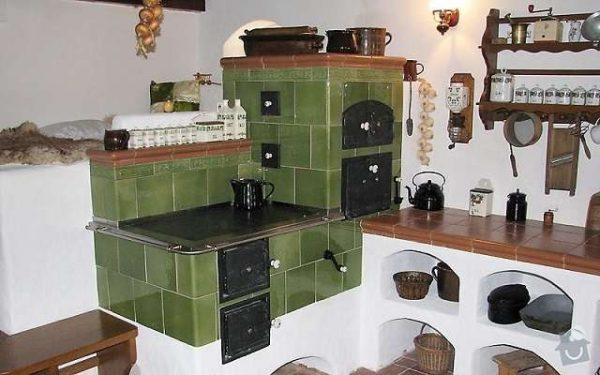зелёная печка на кухне частного дома