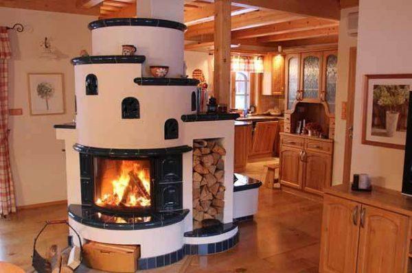 полукруглая печка на кухне в доме