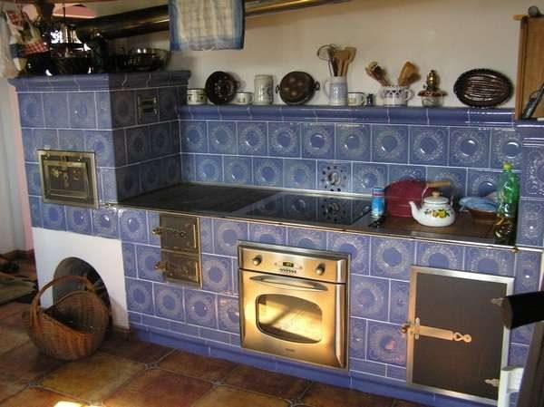 фиолетовая печка на кухне загородного дома