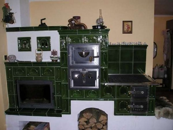 дизайн кухни в частном доме с печкой