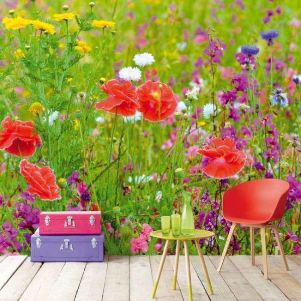яркие цветы на стенах кухни