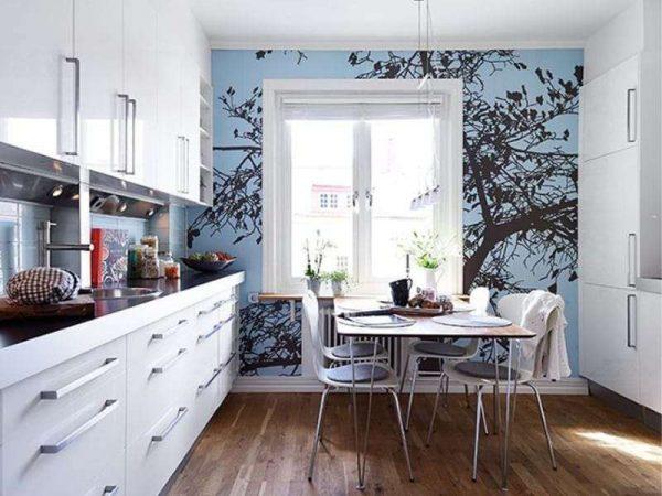 голубые фотообои у окна кухни