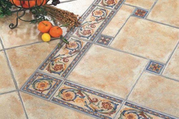 кафельная плитка на полу кухни с декором