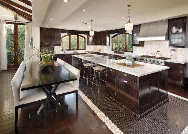 стильный ковёр из плитки на кухне